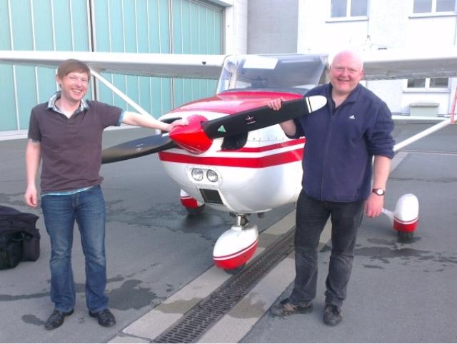 Stolz und Entspannung: Fluglehrer und Flugschüler nach dem ersten Alleinflug