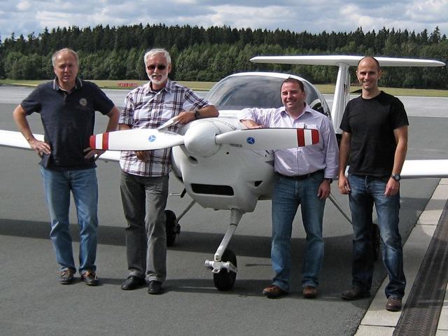 Vier glückliche Piloten ... Prüfer, Flugschüler und Lehrer nach bestandener Prüfung
